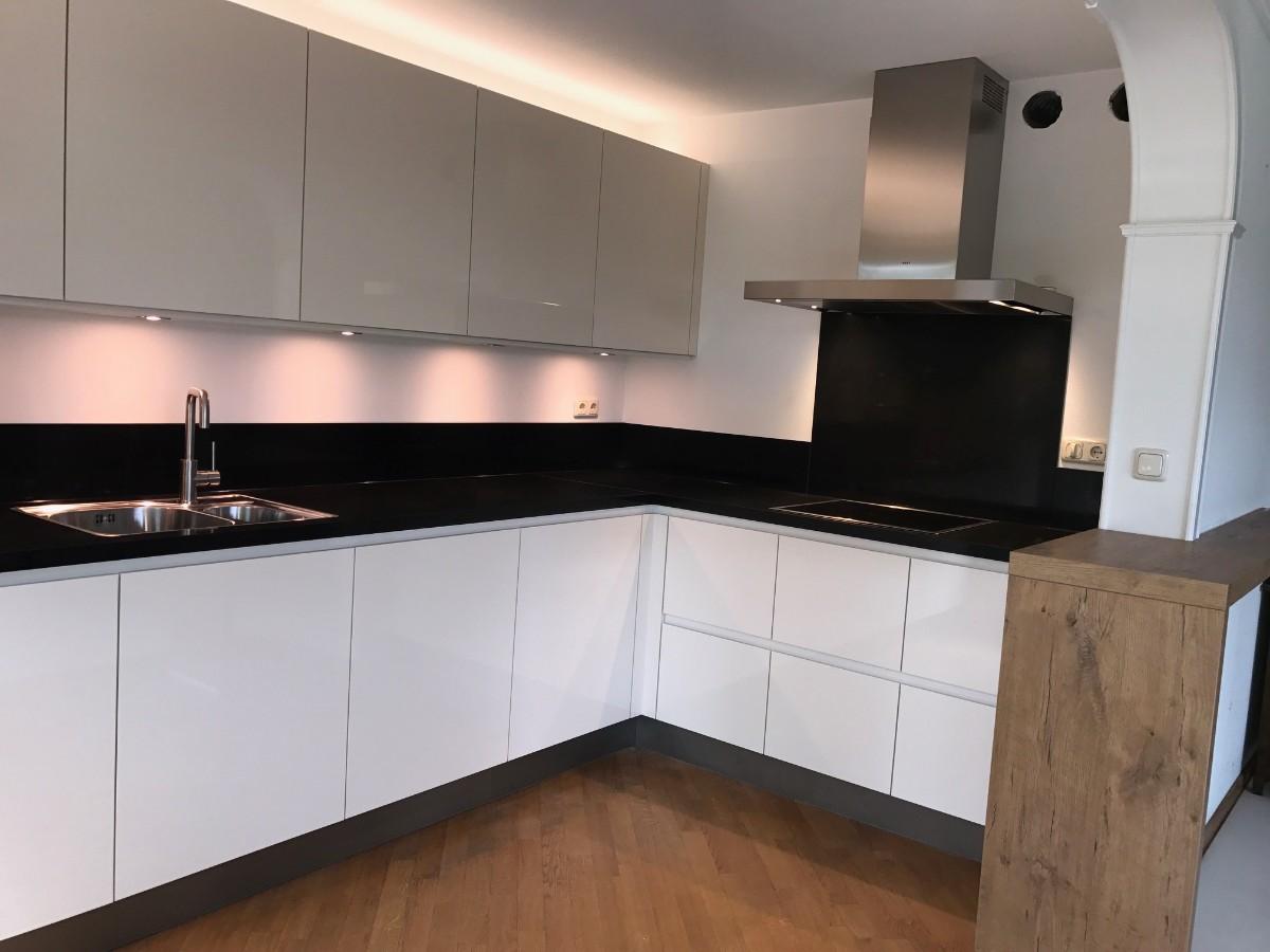 Keuken Nieuwbouw Open : Hoogglans gelakte greeploze keuken your new kitchen