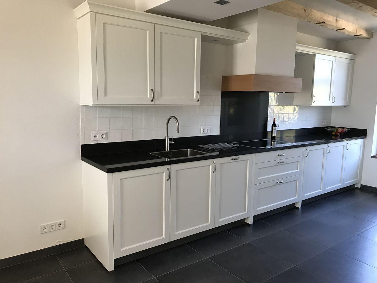Keuken Zwart Blad : Witte landelijke keuken met zwart blad your new kitchen